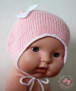 Чепчик для новорожденной малышки спицами.