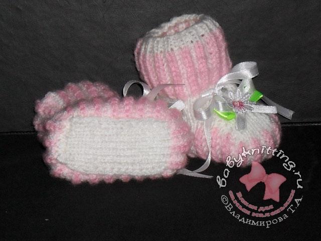 Пинетки, связанные двухцветной английской резинкой,  Вязание для детей